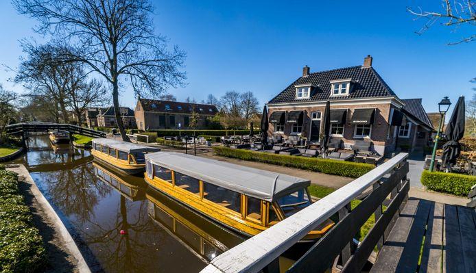 Geen bootjes in de gracht en rondvaartboten aan de wal. Dat is het beeld van Giethoorn tijdens Pasen, nu er een vaarverbod is ingesteld.