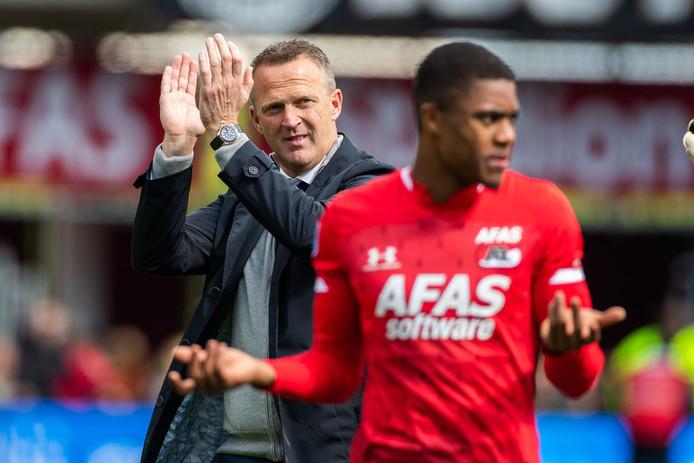 John van den Brom als trainer van AZ, met op de voorgrond Myron Boadu.