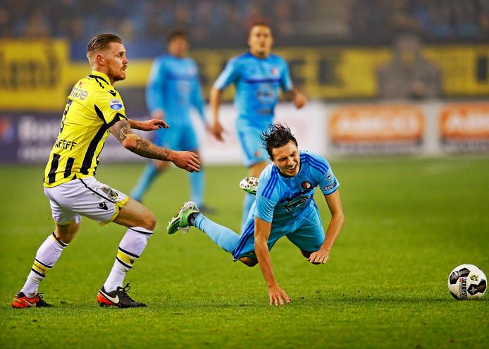 Maikel van der Werff pakt Feyenoorder Steven Berghuis aan. De verdediger ontbreekt nog bij Vitesse tegen PSV.