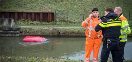 Auto te water in Bunnik, bestuurder zwemt zelf naar de kant