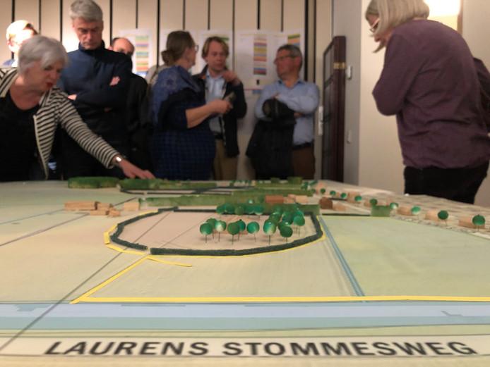 Omwonenden van de Cleene Hooge bij Middelburg bekijken een maquette voor één van de varianten voor woningbouw.