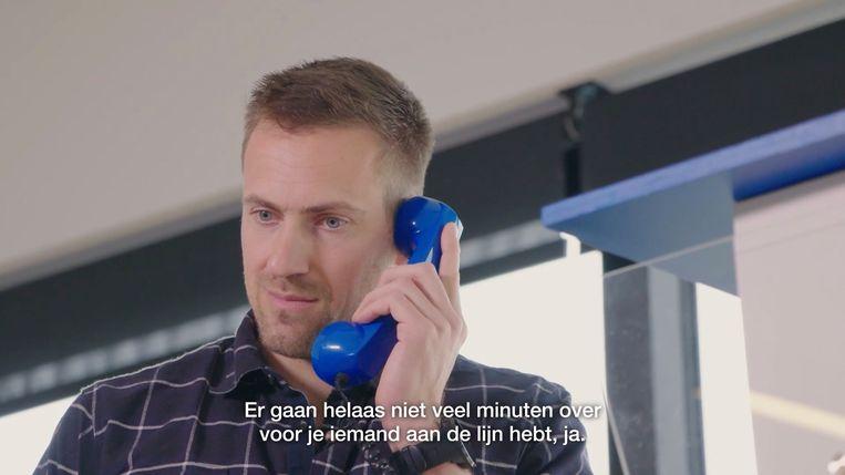 Hans van Alpen  telefoneert met een vrijwilliger van de zelfmoordlijn.