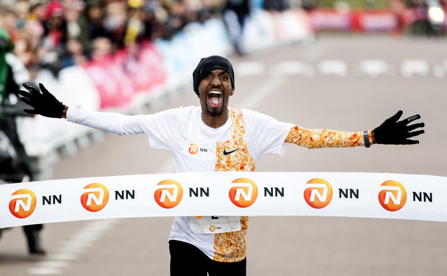 Bashir Abdi komt vol vreugde over de streep.