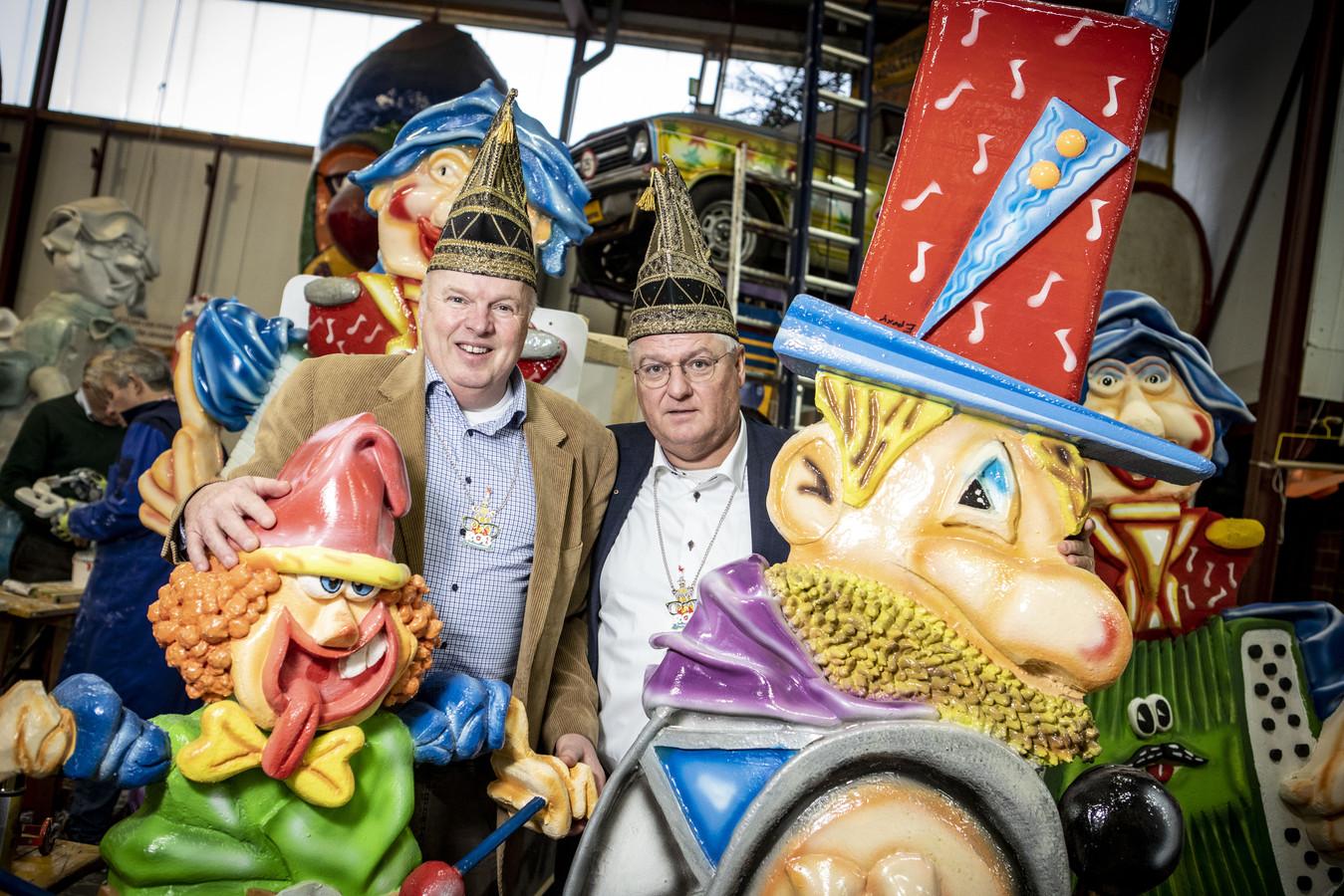 Kadolster-kopstukken Herman Bodéwes (links) en Peter Siers omringd door poppen die tijdens het komende carnavalsfeest in de straten van Oldenzaal worden geplaatst.