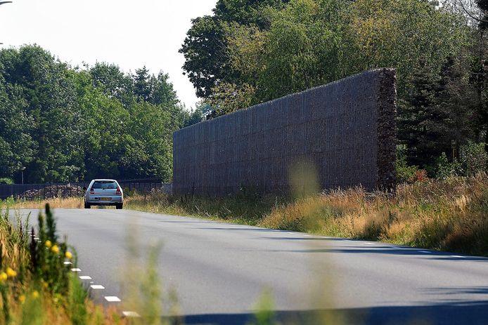 De vier meter hoge geluidswal die de Verlengde Vosdonkseweg scheidt van het perceel van de familie Kerkhof aan de Koekoekstraat.