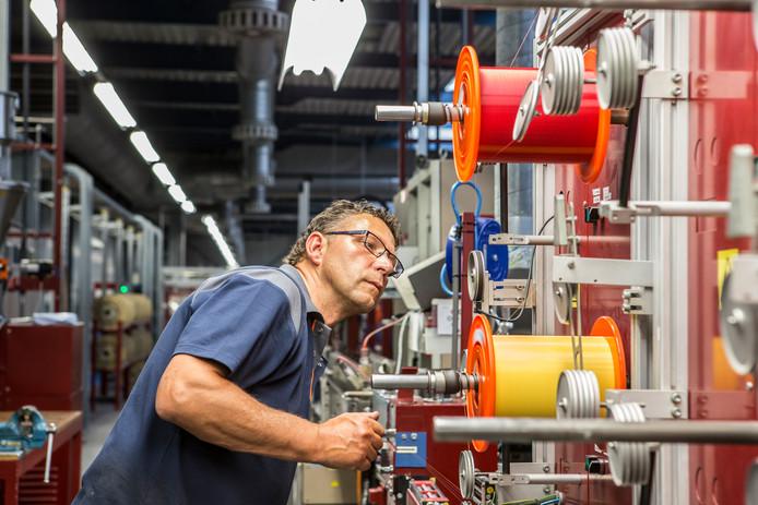 Kanelproductie bij de Twentsche Kabelfabriek (TKF) in Haaksbergen.