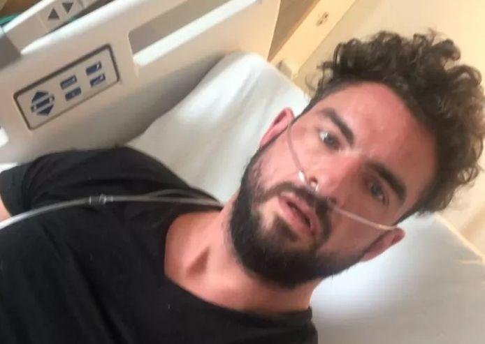 Matthieu maakt een selfie in het ziekenhuis.