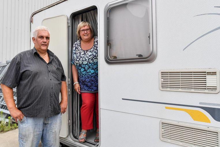 Hilde Van Ransbeeck en haar man Luc Van den Neste bij hun caravan die vorig jaar op reis schade opliep (inzet).