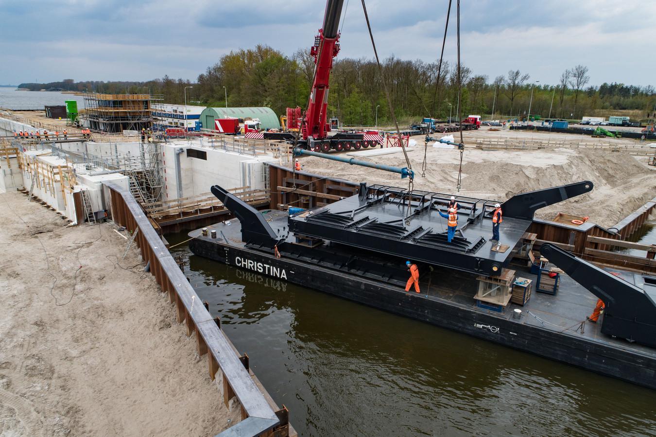 Het plaatsen van een loodzware deur in de Reevesluis tussen Kampen en Dronten is woensdag uitgesteld. De klus werd uitgesteld vanwege onjuiste ballast van de kraan. De deuren worden over water aangevoerd en met een 500 tons telekraan op hun plek gehesen. Donderdag is een nieuwe poging.