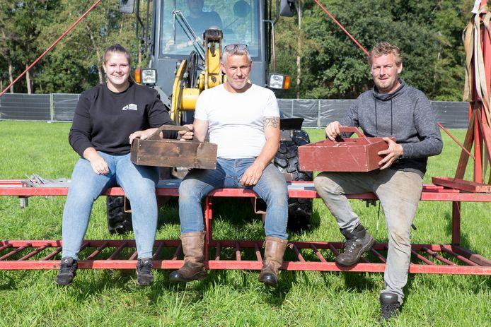 Leah Hofsink, Geert Bouwhuis (grijze trui), Henk Kremer en zijn vrouw Martine (niet op de foto) hebben stichting Autoblubbering Rheeze opgericht.