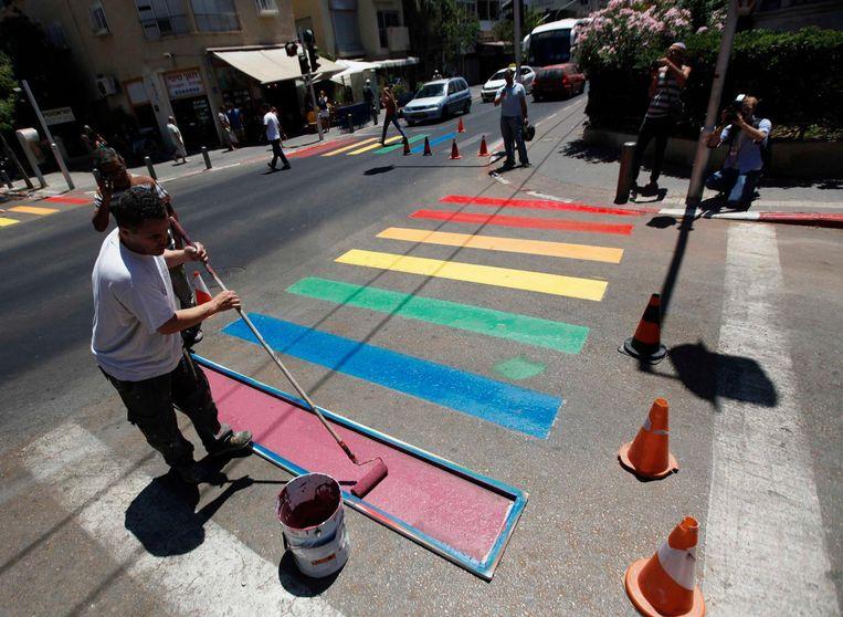 Een regenboog-zebrapad tijdens de Gay Pride in Tel Aviv. Beeld reuters