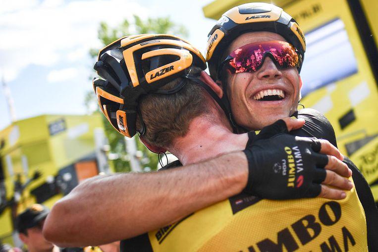 Wout Van Aert heeft voor nieuw succes gezorgd voor Jumbo-Visma. Hij omhelst Mike Teunissen, die al eerder na een ritzege het geel droeg. Beeld AFP