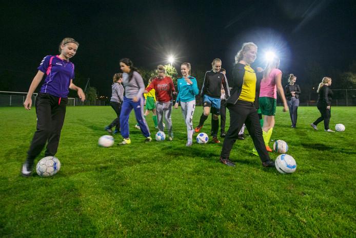 Training van de damesteams op sportpark De Meerendonk.
