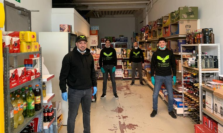 Faysal Nassiri met jobstudenten Imad, Kamal en Mohamed in het magazijn van De Nachtuil.