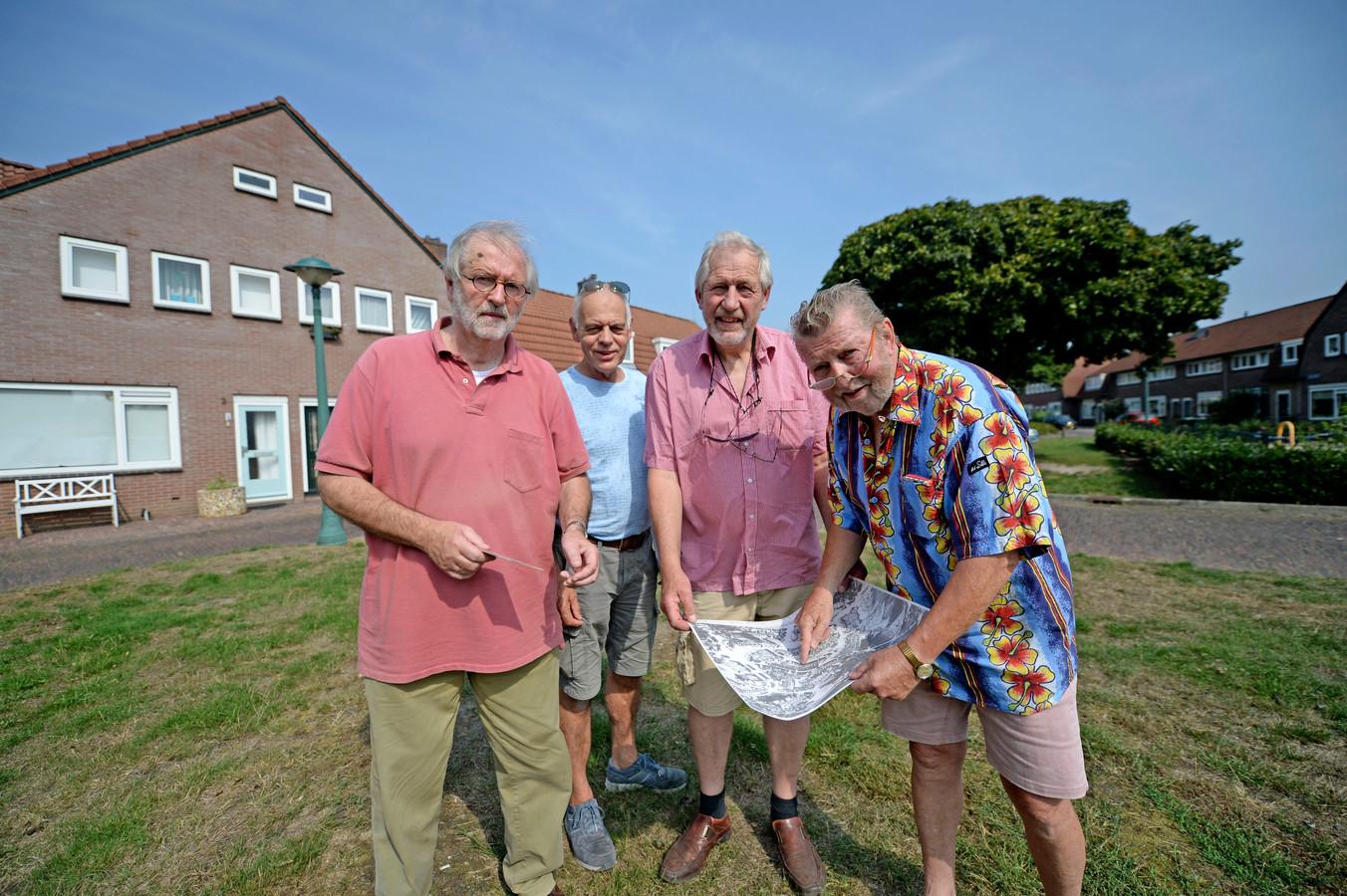 Hans Zeelte, Jan van der Most, Roelof Oldejans en Henk Terink op hun Paasweiplein. Op een oude kaart van Enschede wijzen ze de plek aan waar ze opgroeiden.
