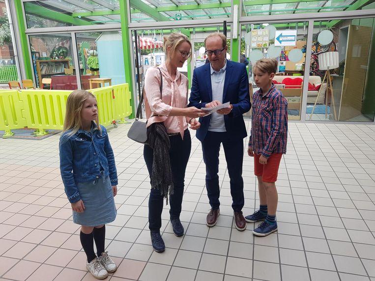 Vlaams minister Ben Weyts (N-VA) bracht met zijn gezin net voor 11 uur zijn stem uit in de gemeentelijke basisschool van Dworp.