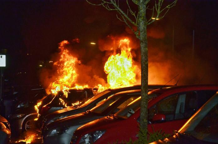 Door de brand werden drie auto's verwoest.