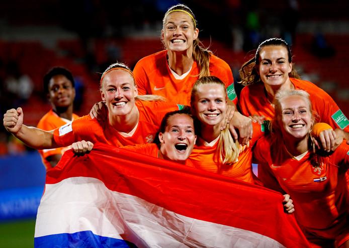 De Leeuwinnen vieren feest na plaatsing voor de kwartfinale van het WK.