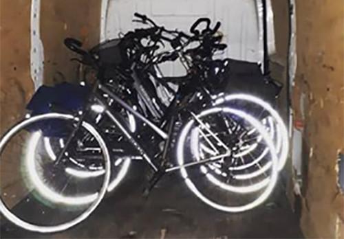 In de bestelbus waarin de mannen zaten, vonden agenten meerdere gestolen fietsen.