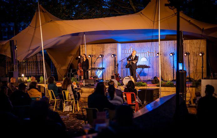 Het concert van Spinvis donderdagavond in de museumtuin in Dordrecht.