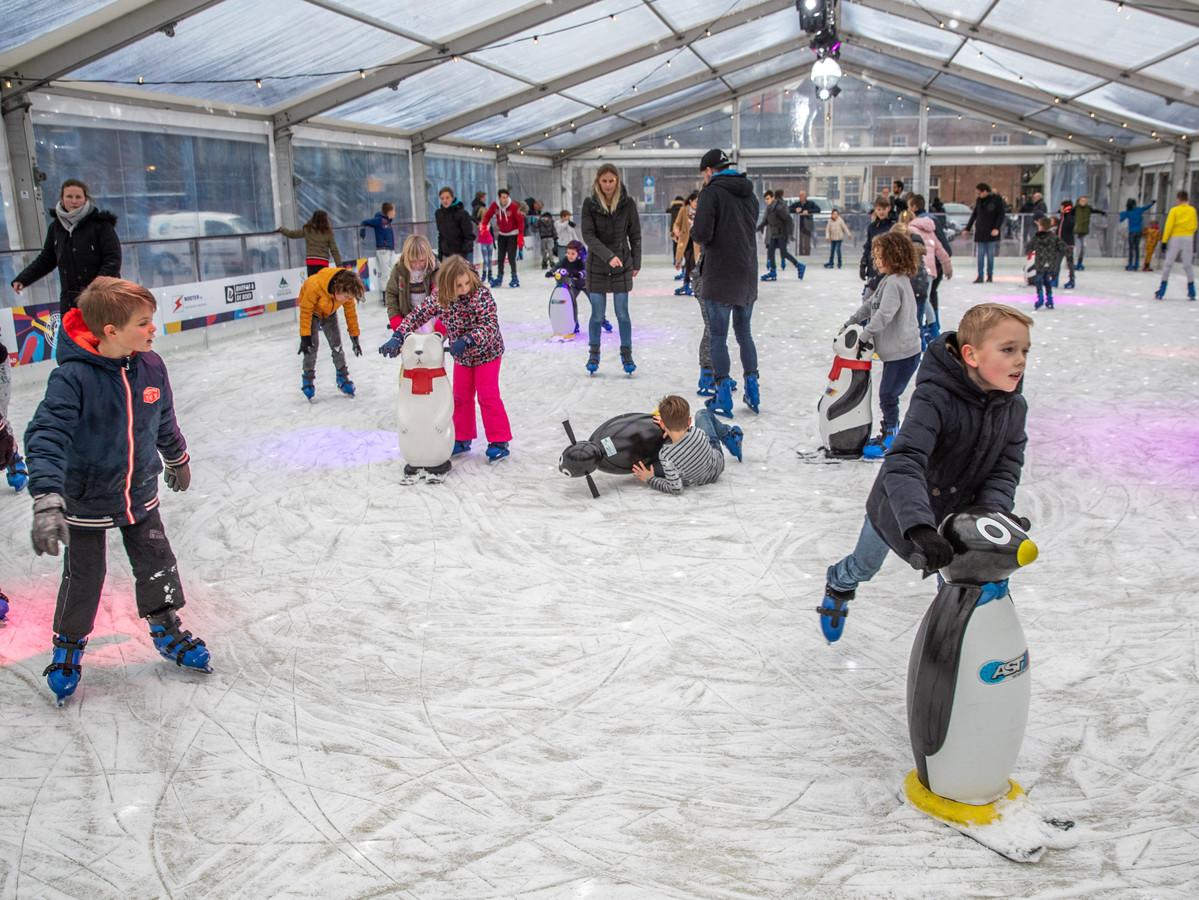 Grote drukte op de schaatsbaan op het Rodetorenplein Tweede kerstdag.