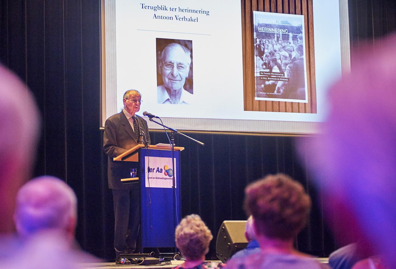 Antoon Verbakel tijdens zijn boekpresentatie over herinneringen aan de oorlog.