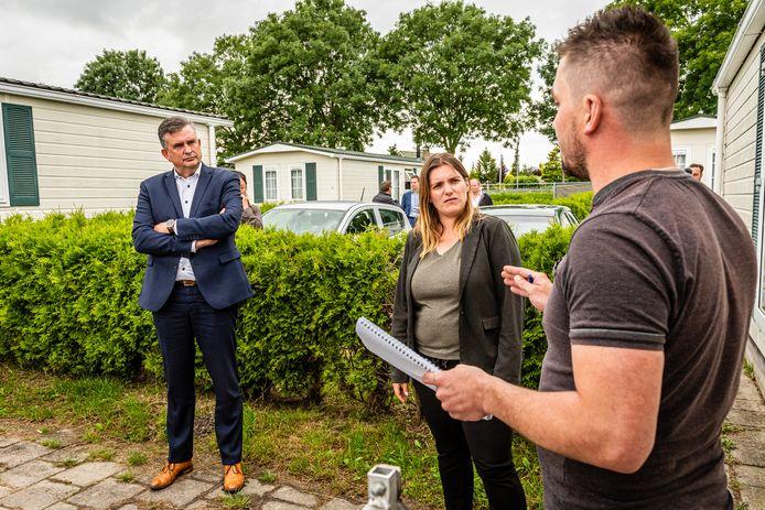 Emile Roemer brengt als voorzitter van het Aanjaagteam Bescherming Arbeidsmigranten een werkbezoek aan het Poolse chaletpark in Ter Aar. Hier spreekt hij met bewoner Jacub Wloderczyk.