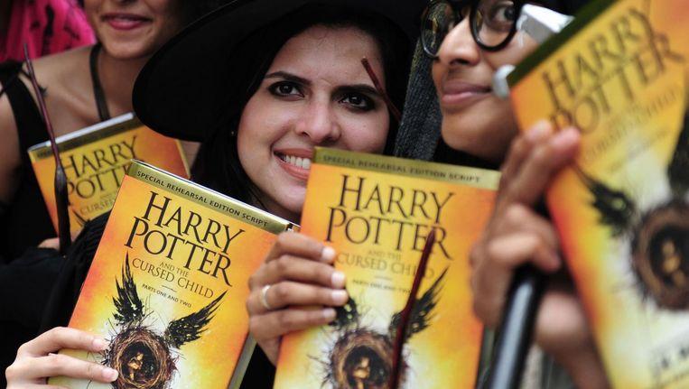 Harry Potter-fans met het nieuwste exemplaar. Beeld anp