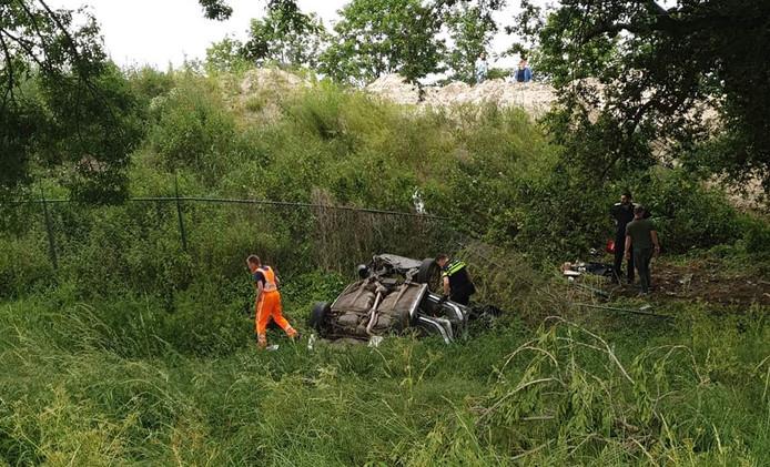 De auto belandde onderaan de A1 bij Wilp in de berm.