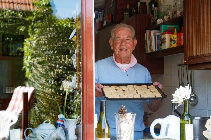 Hoe beleeft men de coronatijd van binnenuit? Leen den Hollander bakt regelmatig zijn bekende koekjes.