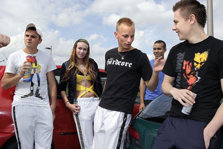 Jongeren onderweg naar een houseparty halen een blikje energiedrank bij een tankstation. Beeld null