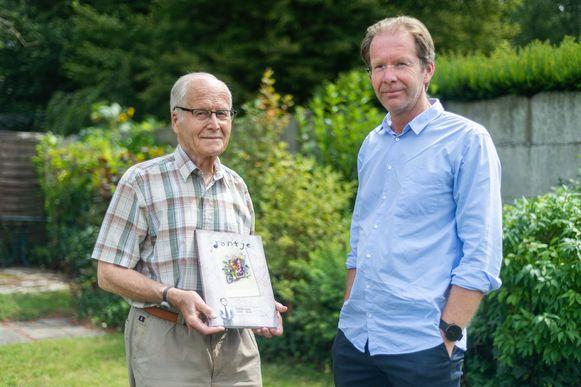 Jan 'Jantje' Van Roey met zijn zoon Luc Van Roey, die de oorlogscorrespondentie van zijn vader als jong kereltje in Engeland met zijn familie in Schoten in een online boek goot