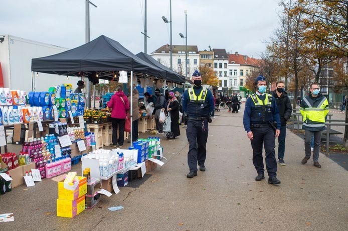 De wekelijkse markt op het Sint-Jansplein.