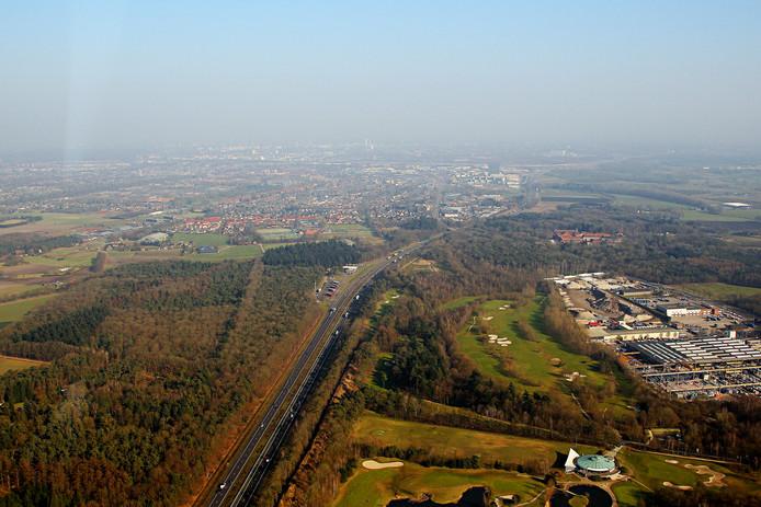 In de verte de plaats waar Veldhoven het knooppunt wil realiseren, rechts van de snelweg.