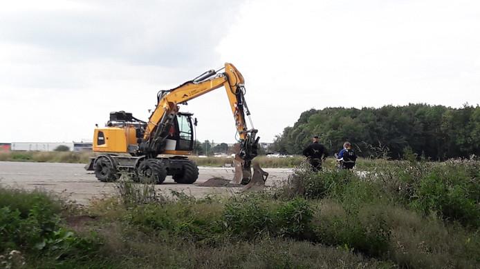Het Nederlands Forensisch Instituut (NFI) doet in bijzijn van waterschap Rivierenland onderzoek naar grondvervuiling bij het nieuw te bouwen deel van de golfbaan The Dutch in Spijk, in augustus 2019.