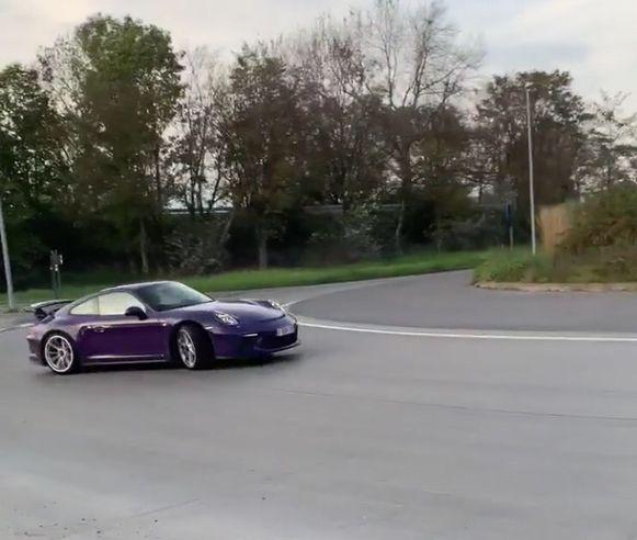 Op het filmpje op sociale media was een driftende paarse Porsche te zien.