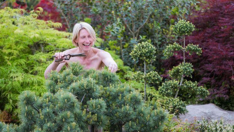 De eerste zaterdag in mei is de Dag van het Naakt Tuinieren. Beeld