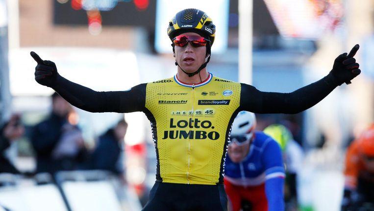 Dylan Groenwegen viert zijn overwinning tijdens de wielerronde Kuurne-Brussel Beeld ANP