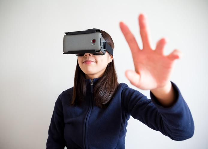 Door met hun hoofd te bewegen kunnen schoonmakers met de 3D-bril 'rondkijken als een gast'.