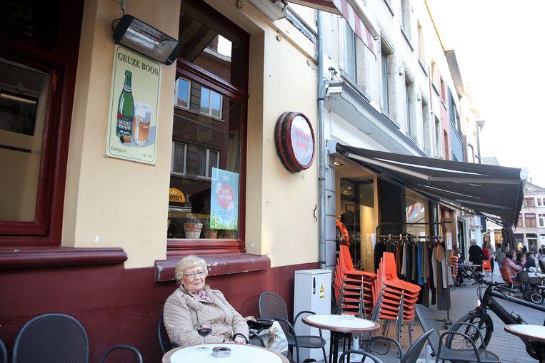 Brouwerij Boon is al op de hoogte van een tiental diefstallen van emaille borden zoals dit links op de foto aan de gevel van café Vaantjesboer in Halle