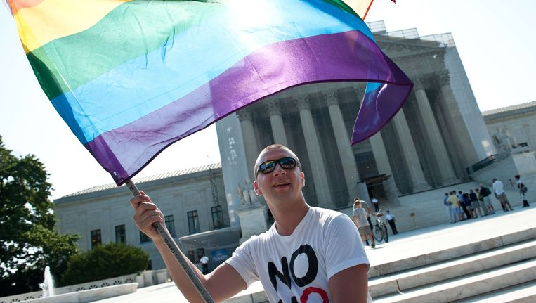 Een homorechtenactivist voor het Supreme Court in Washington.