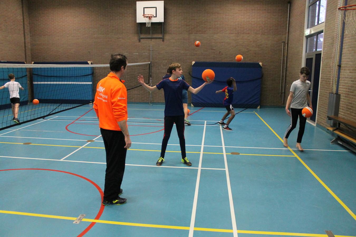 Beeld van de volleybalclinic bij Het Assink lyceum in Eibergen