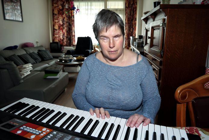 Riet Brusselaars begeleidt zichzelf soms op het keyboard.