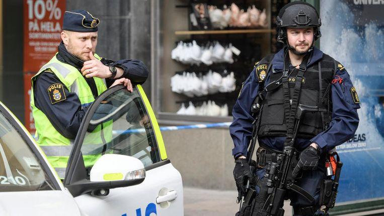 Politie op 8 april in Stockholm nabij de plek waar de avond daarvoor een terreuraanslag met een vrachtwagen is gepleegd. Beeld epa