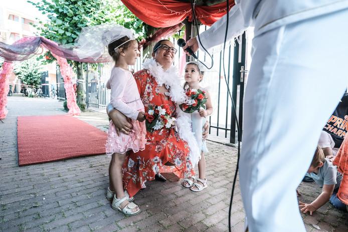 Sabrina Beerens en haar dochtertjes Elena (3) en Sansa (4) trouwen in de wedding chapel.