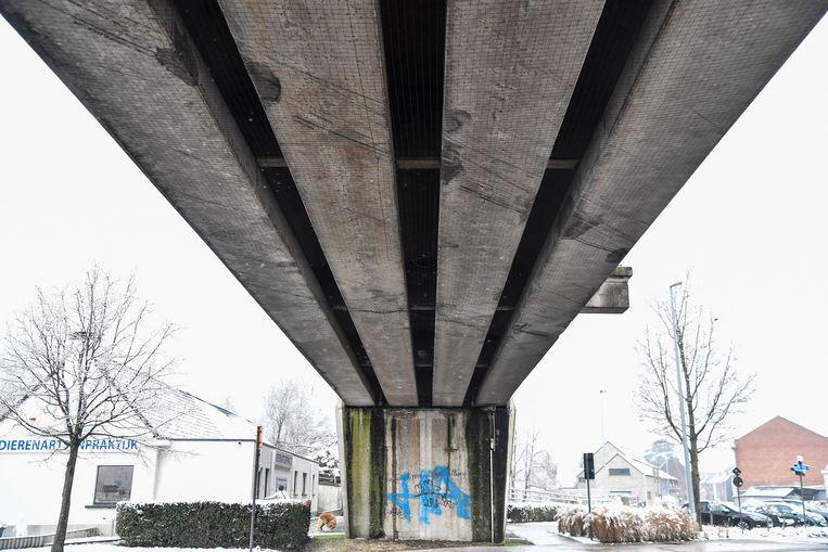 De weringsnetten onder de spoorwegbrug van Grembergen worden voortdurend kapot gereden door vrachtwagens. Ze worden vervangen door een ander systeem.
