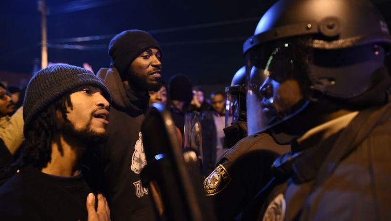 Demonstranten in discussie met agenten in Ferguson Beeld AFP