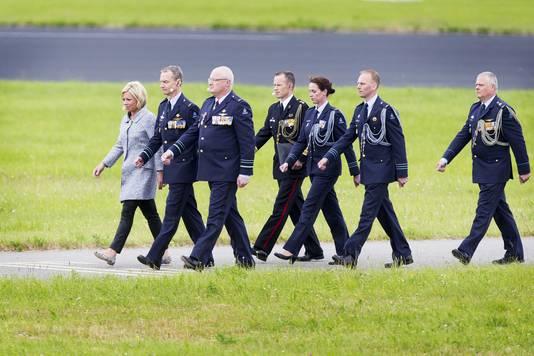 Minister Jeanine Hennis-Plasschaert van Defensie (L), Generaal-majoor Dennis Luyt en luitenant-generaal Sander Schnitger voorafgaand aan het commando-overdracht tijdens de Luchtmachtdagen op Vliegbasis Leeuwarden.