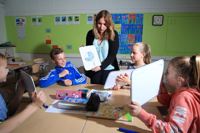 Juf Arianne van Os werkt met 'wisbordjes' om haar leerlingen te helpen met taal en rekenen.