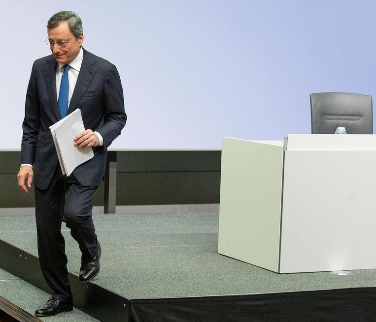 Mario Draghi stapt van het podium na zijn laatste optreden als voorzitter van de ECB in oktober 2019. Beeld AP